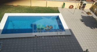Chalet independiente en urbanización privada. Construido en una parcela de 660 metros cuadrados en los que cuenta con gran espacio exterior que incluye piscina y jardín